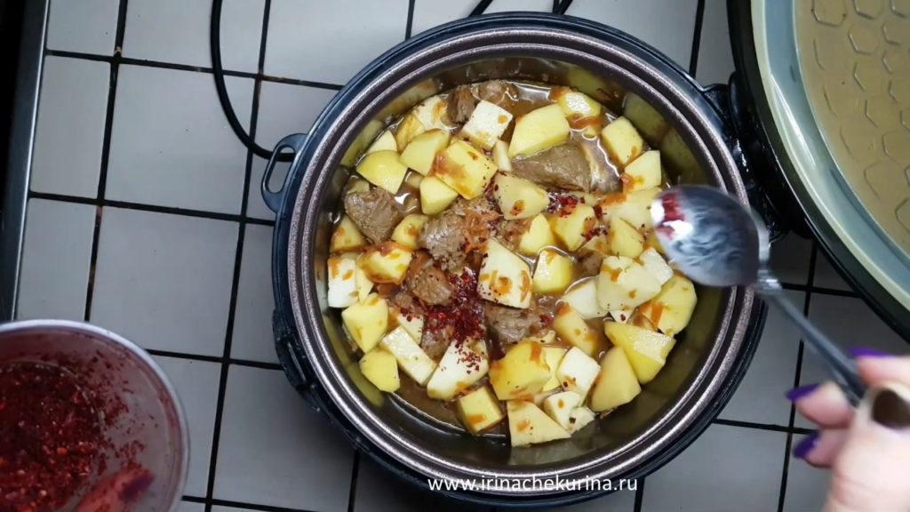 Tushenaja kartoshka s mjasom v mul'tivarke zakladyvaem ingredienty